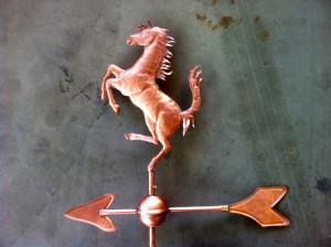 Lattoneria: cavallo segnavento in rame con freccia