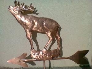 Lattoneria: cervo segnavento in rame con freccia